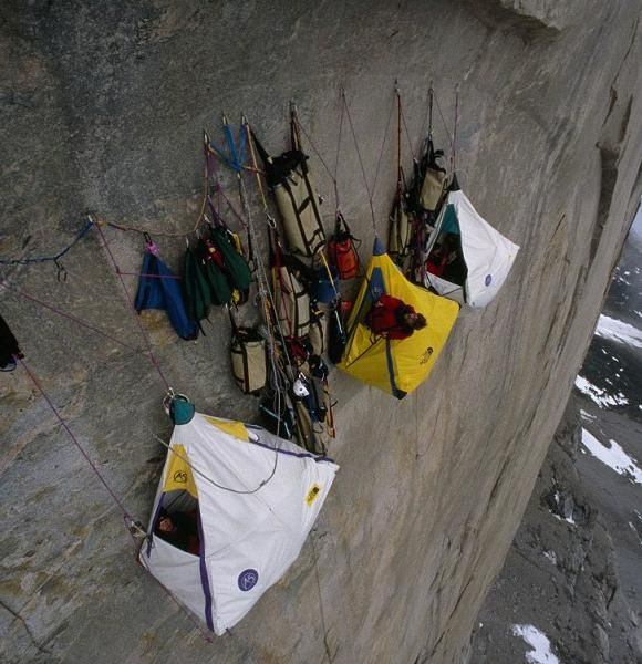 Um hobby perigoso: acampar verticalmente com Portaledges
