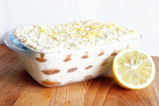Il tiramisù al limone, in una ricetta ispirata alla variante di Salvatore De Riso, rende leggera al palato ogni cucchiaiata con il suo gusto fresco e brioso