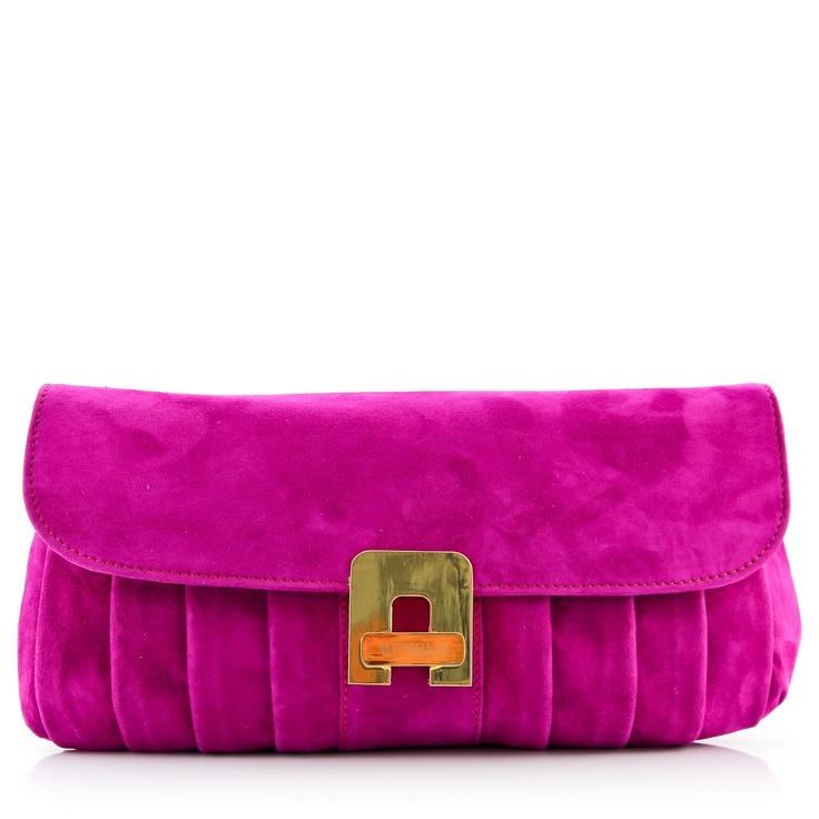Cudownie miękka i pojemna jak na wieczorową torebkę, wykonana z wysokiej jakości naturalnego zamszu. Pochodzi z najnowszej kolekcji hiszpańskiej marki Menbur.  http://styloskop.pl/produkt/378,Menbur_76059-33