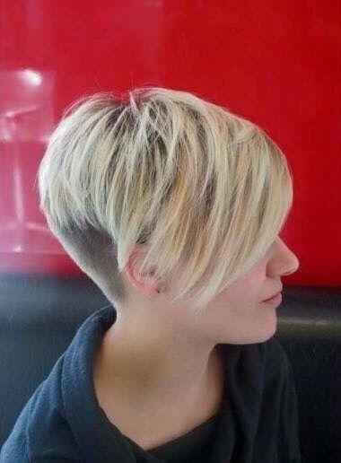 Corto de pelo asimétrico corto rubio