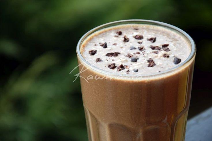 ČOKOLÁDOVÉ SMOOTHIE (1 šálka rastl. mlieka, 1 PL kakaa, 1/2 ČL škorice, 4 datle, ČL karobu, 1 banán, 1-2 ČL kokos. masla, ČL chia - rozmixovať)