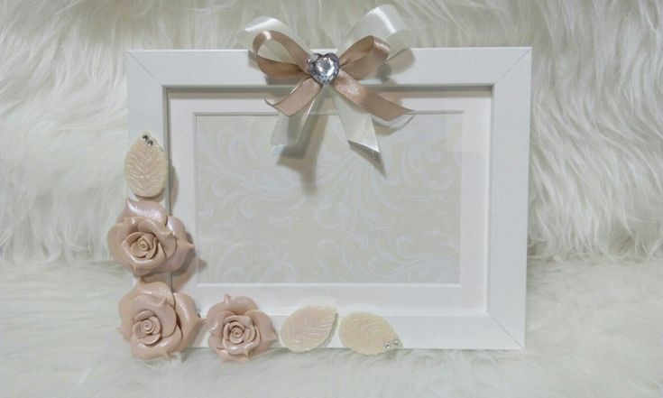 Cornice 13 ×18 decorata con rose realizzate con fimo color champagne e pigmenti color diamante. By I ninnoli di Linda