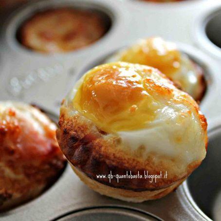 Mini cestini di pane con uova di quaglia, speck e scamorza