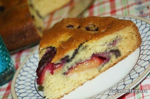 Рецепт творожного пирога со сливами.  Творожный пирог со сливами - ещё одна возможность порадовать близких прекрасной выпечкой. Готовится быстро, просто, из доступных продуктов, а результат неизменно прекрасен. А ещё, благодаря сливам и творогу, эта выпечка радует своей сочностью и нежностью.  Для приготовления творожного пирога со сливами понадобится: сахарный песок - 1 стакан; яйцо - 3 шт.; творог - 150 г; сливы - 10 шт.; разрыхлитель - 7 г; мука - 1 стакан.  Взбить яйца в пышную…