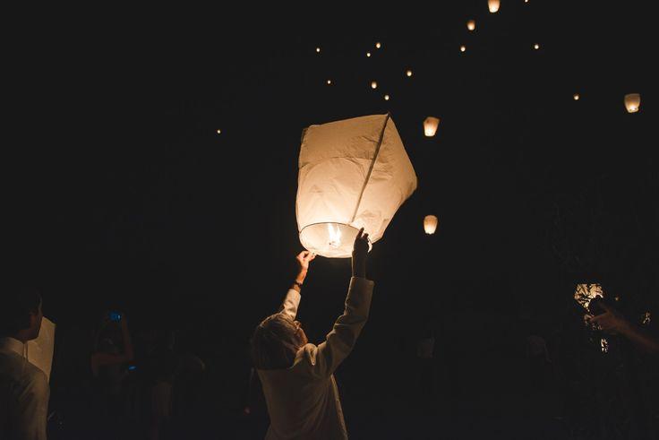 Lâcher de lanternes... Notre mariage en Normandie, sur Les Jolis Mondes © Take a breath photography