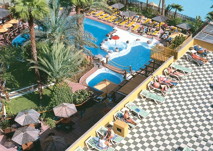 Appartementen Maritim Playa liggen direct tegenover de winkel en-uitgaancentra Kasbah en Metro. Ook het strand ligt op loopafstand, op ca. 400 meter.    De appartementen beschikken over een verwarmd zwembad, kinderbad, beautysalon, massage, Finse sauna, whirlpool en een jacuzzi.    Door de ongedwongen sfeer en de zeer centrale ligging zijn appartementen Maritim Playa een absolute aanrader voor iedereen die optimaal wil genieten van het het bruisende Playa del Ingles.  Officiële categorie ***