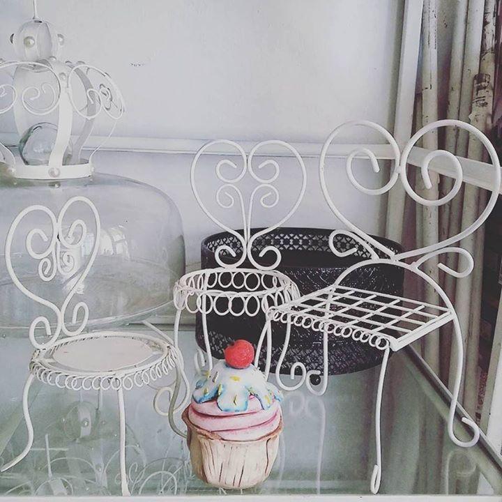 Set compuesto de tres: dos sillas (una con base de chapa y otra para plato de café (para cookies o cupcakes)y un sillón con base de malla. Las tres $600!!!!!!  #apurate #decoracion #sillas #miniature #mesadulce #candybar #cumpleaños #imperdible