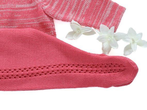 Un dulce del knit del bebé. Hermoso sweater con encaje en hombros y pantalones de patas. Perfecto para el día de regreso a casa. Muy cómoda. 100% lana de merino. LISTO para el tamaño de la nave recién nacido. recién nacido - 19-21 pulgadas (48-54 cm) de 6-8 libras (2.8-4 Kg) 1-3 meses - 21-24 en (54-62 cm) 8-13 libras (4 - 6 Kg) Todas las piezas son tejidas en una máquina vendimia. Todos los detalles y acabado son hechos a mano. Todos los conjuntos tienen una etiqueta con instrucciones y...