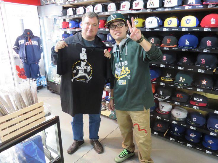 【新宿1号店】2014.11.18 アメリカからお越しの阪神ファンのお客様です。息子さんへはジャイアンツグッズをプレゼントされるそうです。ぜひ、また日本に遊びに来て下さいね!