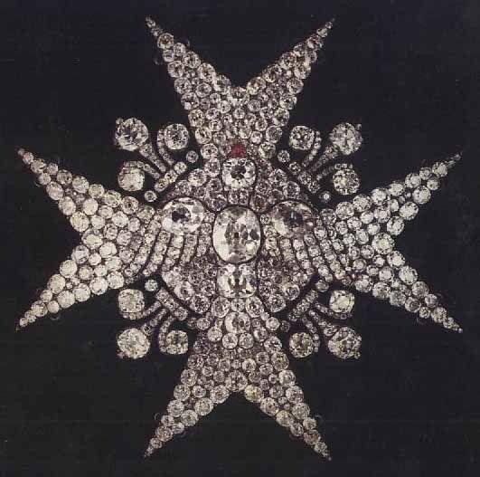 Plaque de l'ordre du Saint-Esprit - Milieu du XVIIIe siècle Paris - 400 diamants ; 1 rubis ; or ; argent - Offerte par Louis XV à son gendre, l'infant Philippe, duc de Parme, chevalier de l'ordre en 1736, ou à son petit-fils, l'infant Ferdinand, futur duc de Parme, chevalier de l'ordre en 1762. Acquis en 1951 sur les arrérages du legs Dol-Lair Département des Objets d'art