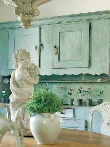 Heftig groene wand met zacht pastel accessoires. Zacht groene kast. Mooi hoofdeind aan het bed in een fantastische kleur. Zwee...