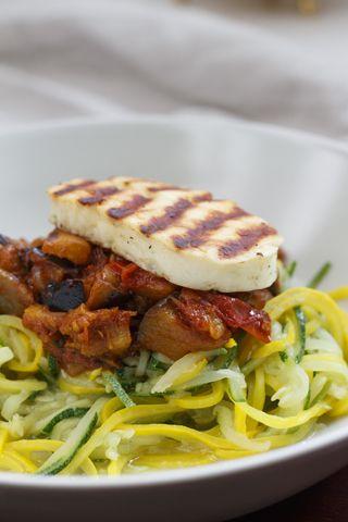 Zucchinispaghetti mit Auberginen-Tomaten-Sauce und Halloumi