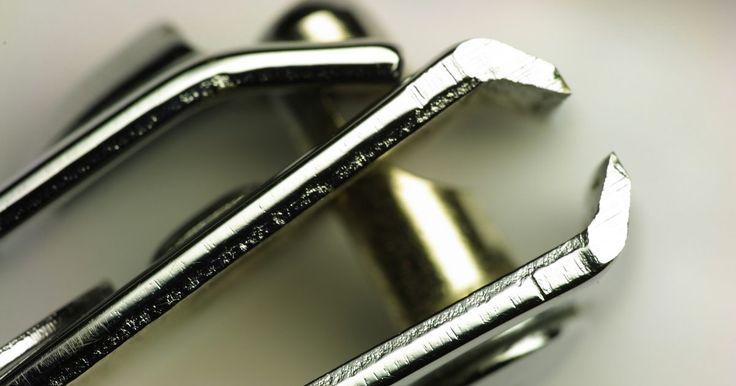 Como usar cortadores de unha. Ter um cortador de unhas à mão pode evitar que você passe pelo aborrecimento de uma unha partida ou quebrada. Os cortadores de unha vêm em uma variedade de estilos, tamanhos e cores. Eles vêm em formas côncavas e convexas para cortar melhor de acordo com a conveniência. A maioria dos estilos de cortadores tem as mesmas características básicas, ...