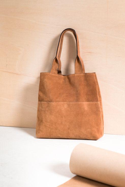 08814742f30 Bolso shopper de ante en color marrón claro.