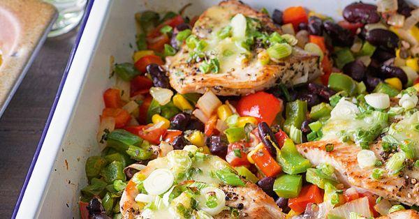 Die Putenschnitzel werden im Backofen richtig zart und saftig und passen perfekt zur mexikanischen Gemüsemischung.