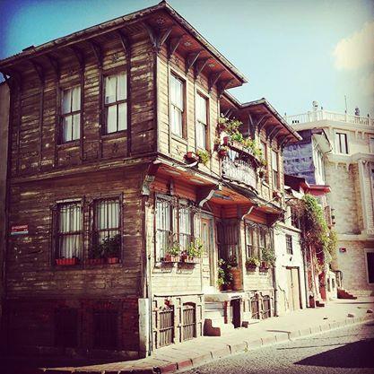 """""""Istanbul come malinconia condivisa, Istanbul come doppio, Istanbul come immagini in bianco e nero di edifici sbriciolati e di minareti fantasma, Istanbul come labirinto di strade osservate da alte finestre e balconi, Istanbul come invenzione degli stranieri, Istanbul come luogo di primi amori e ultimi riti: alla fine tutti questi tentativi di una definizione diventano Istanbul come autoritratto, Istanbul come Pamuk."""" #Istanbul"""