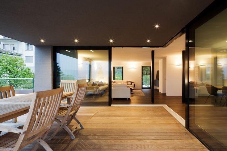 Umbau Einfamilienhaus Kilchberg Terrasse mit Holzrost und Blick ins Wohnzimmer   – Paola Mura