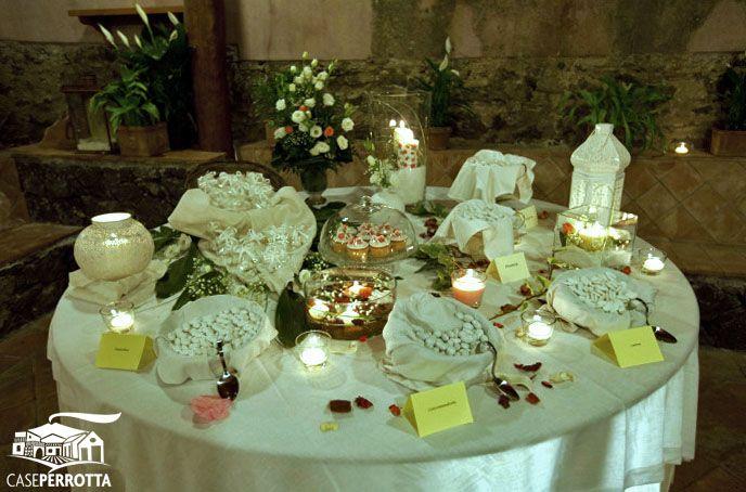 Allestimento confettata matrimonio con cupcake e confetti gusti vari