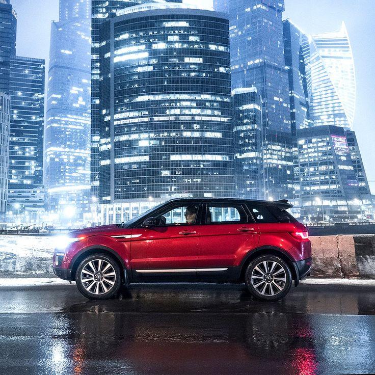Şık tasarımı ve dinamik yol performansı ile çağdaş şehir yaşamına mükemmel bir uyum sağlar. Range Rover Evoque.