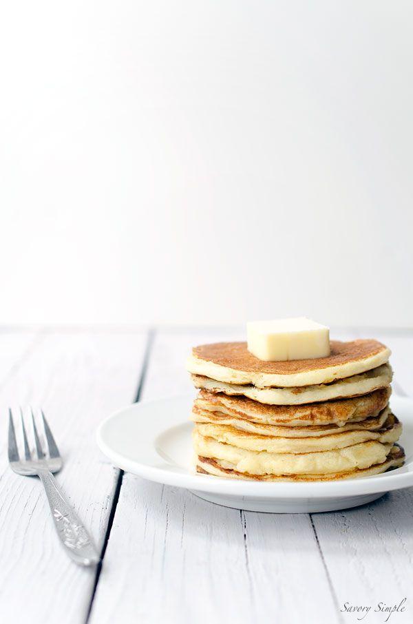 Ces crêpes de yogourt faciles sont un délicieux petit déjeuner protéine emballée!  Obtenir la recette du SavorySimple.net.