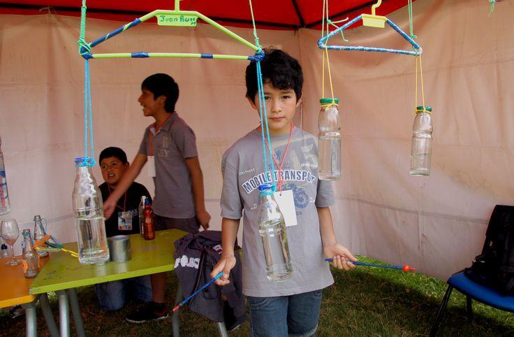 Con suaves entonaciones melódicas, un grupo de 15 niños se deleitan en el Yaku Parque Museo del Agua creando instrumentos musicales con material reciclado y que funcionan con la ayuda del líquido vital.