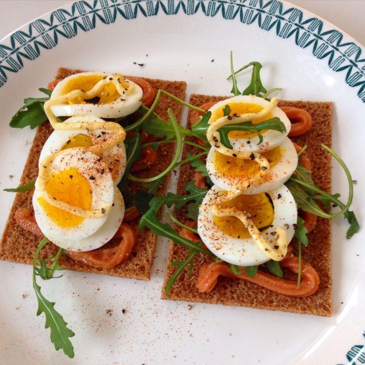 Knekkebrød med egg, kaviar og majones
