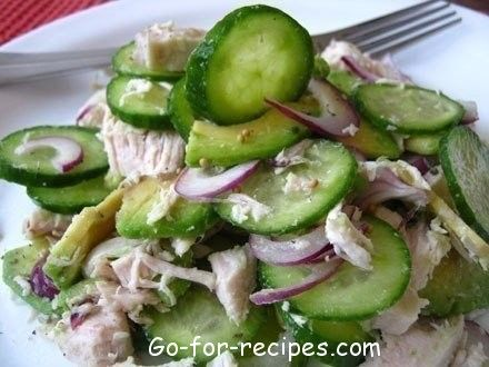 SALAD WITH AVOCADO AND CHICKEN .