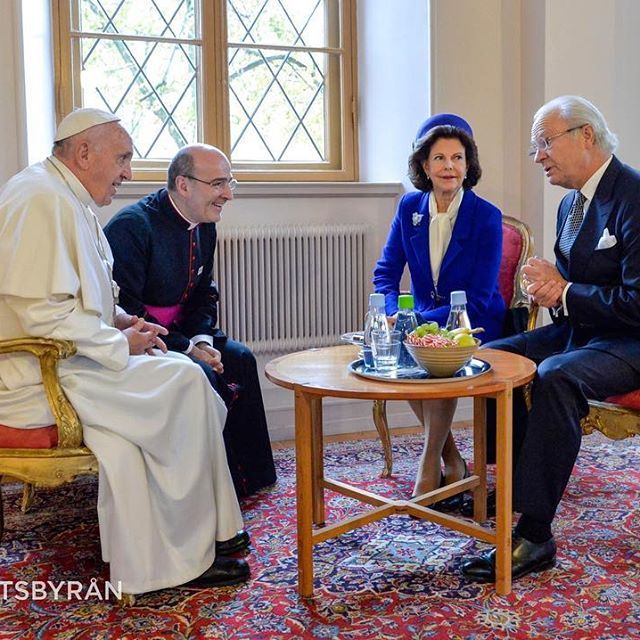 Så här såg det ut när kungen och drottningen mötte påve Franciskus i dag!  The Swedish king and queen in a meeting with the pope today  (Foto: TT Nyhetsbyrån #ttnyhetsbyrån @ttnyhetsbyran)