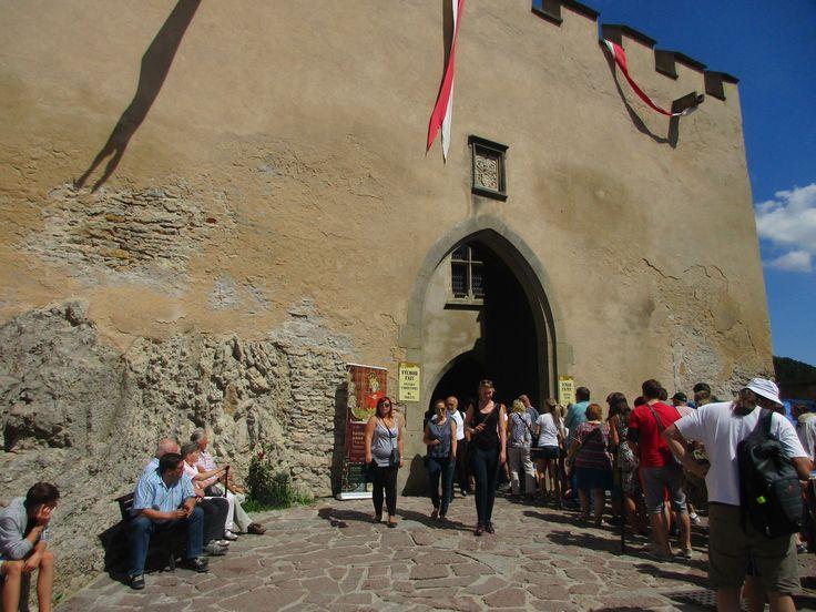 Turisté u hradu Karlštejn - Česko