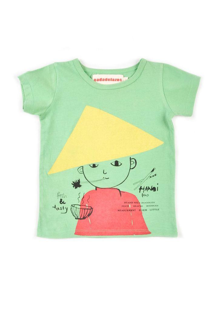 Κοντομάνικο μπλουζάκι από 100% οργανικό βαμβάκιjersey  σε τυρκουάζ χρώμα.  Έχει τύπωμαένα αγόρι από το Βιετνάμ, το οποίο φοράει παραδοσιακό καπέλο.  Τα μικρότερα νούμερα έχουν κουμπάκια στο πλάι για πιο έυκολο ντύσιμο  Κατασκευή: Ινδία