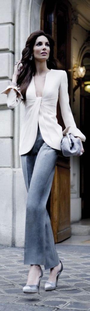 Giorgio Armani este look es INCREIBLE me fascina todooo, desde el corte recto del pantalon hasta ese escote mortal de la blusa, el maquillaje impecable y los accesorios ni de que hablar...