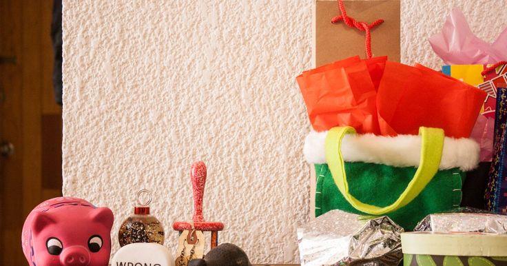 Reglas de la fiesta del intercambio del elefante blanco. Algunas veces llamado Yankee Swap, un intercambio del elefante blanco suele implicar el intercambio de regalos divertidos y originales e ítems no deseados. Lo último podría ser considerado como volver a obsequiar. Así sea parte de una fiesta del amigo invisible del trabajo o un evento de festividades navideñas, las reglas son bastante básicas. ...