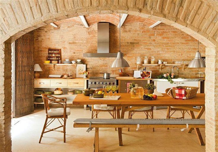 cocina rústica en casa rural, paredes de ladrillo, techo bóveda, encimera de madera, pavimento continuo