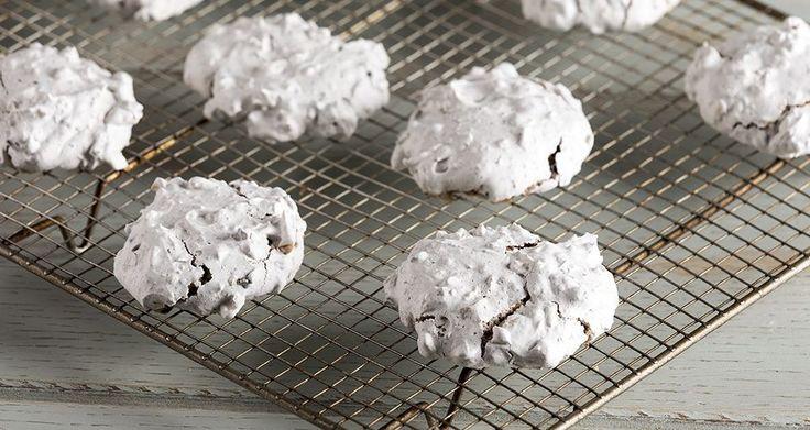 Εύκολα και γρήγορα μπισκότα από τον Άκη Πετρετζίκη. Νόστιμα μπισκότα μαρέγκας με αμύγδαλα και σοκολάτα χωρίς βούτυρο ιδανική για παιδιά αλλά και για μεγάλους!