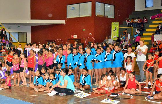 Exitosa muestra de las escuelas deportivas de gimnasia aeróbica y rítmica: Más de 300 niñas participaron de la exhibición en el…