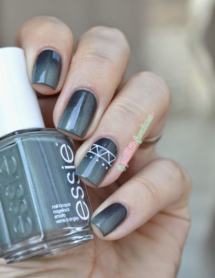 Essie Fall in line and the perfet cover up // smoky aztec - dark grayed green gradient nails with simple white aztec pattern - #nail #nailart - essie fall 2014 - http://lapaillettefrondeuse.blogspot.be/2014/10/essie-fall-in-line-smoky-aztec.html