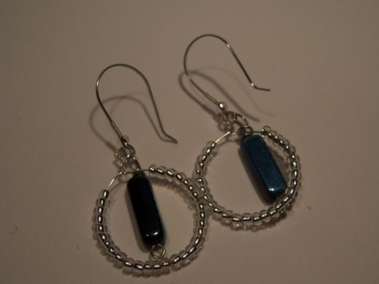 orecchini acciaio e perline di conteria,fatti a mano.