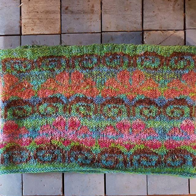 Halskrave af håndfarvet og håndspundet garn.  #handdyedbycharlottespagner #handdyed #handdyedyarn #knitting #indiedyer #håndfarvetgarn  #knitdesign #handspunyarn #håndspundetgarn