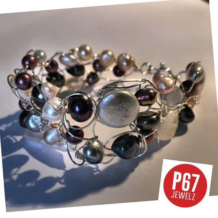 """VOOR DE (ZILVER)DRAAD ERMEE!  Sieraden maken van verzilverd- of zilverdraad is superleuk om te doen en je maakt er de mooiste creaties mee. Hier een voorbeeld van een brede armband van verzilverd draad. Deze armband bevat verschillende soorten en kleuren zoetwaterparels die ad random aan elkaar zijn """"geknoopt"""". Het sluitwerk is zilver. BInnenkort ook in de webshop: http://ift.tt/2luKe0y. En er komt nog meer; vooral ook frisse zomerse combinaties. - http://ift.tt/1HQJd81"""
