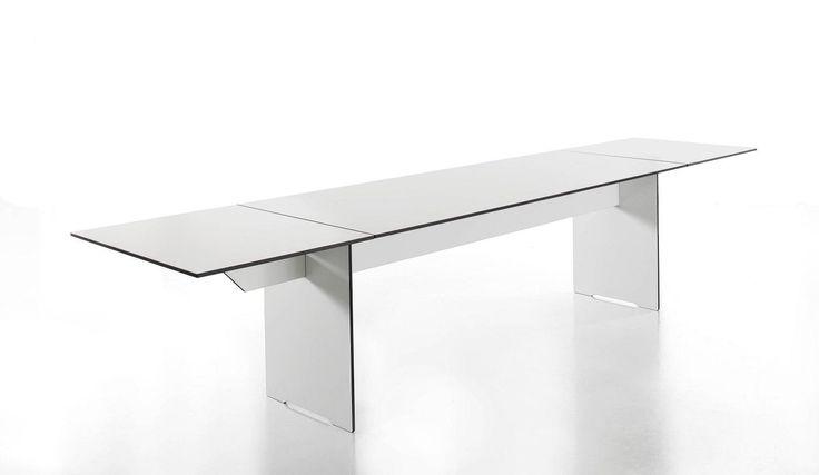 Funkcjonalny stół z hpl, który z łatwością można wydłużyć.