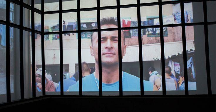 Usando más de 80 proyectores, el artista Louis von Adelsheim nos permite ver el interior de la cárcel de Valparaíso.  MAC / Museo de Arte Contemporáneo