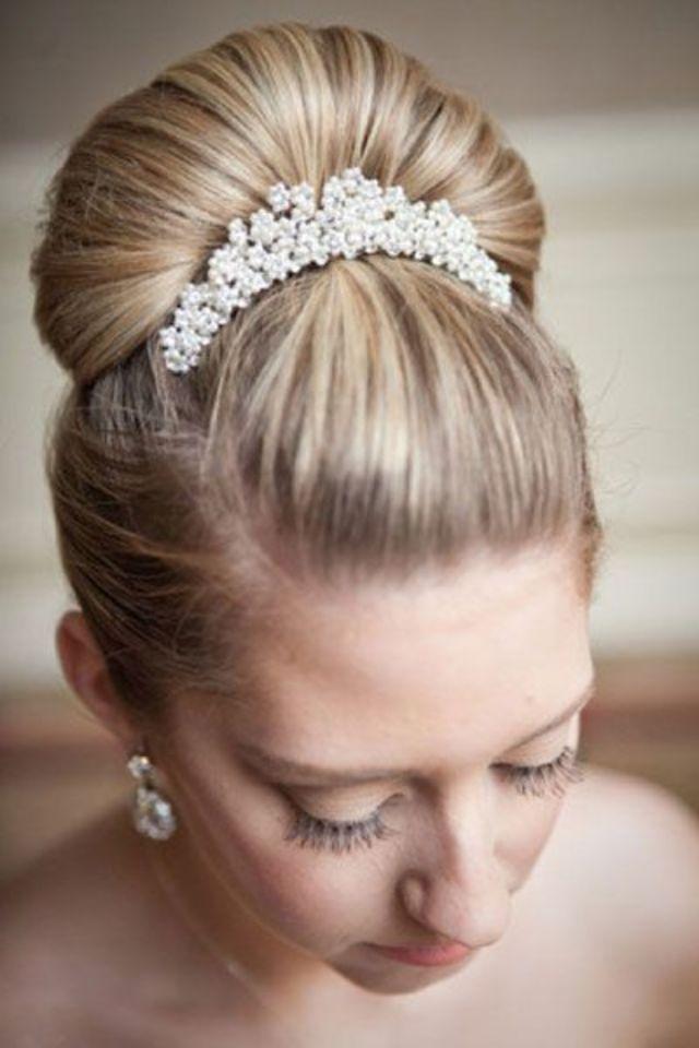 キラキラ光る純白のヘアコームは、花嫁だけの特別なヘアアクセサリー。