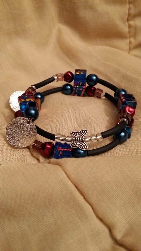Armband med memorywire Fyrkantiga pärlor som även finns i halsbandet, istället för ängeln i halsbandet satte jag en fjäril på armbandet. Man kan ju kombinera halsband och armband om man vill. Egen desing