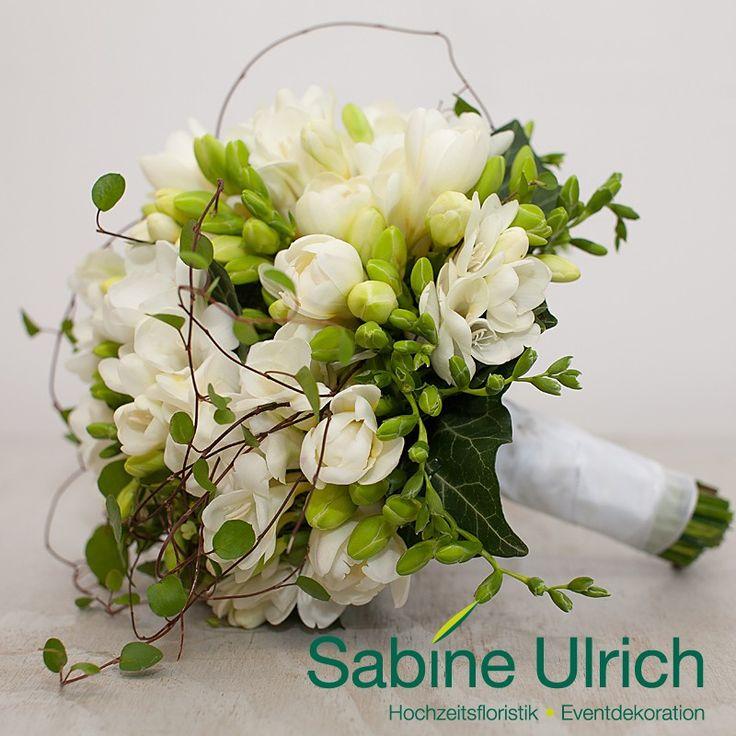 Puristischer Biedermeier-Brautstrauß aus weißen Fresien mit grünem Dekor.