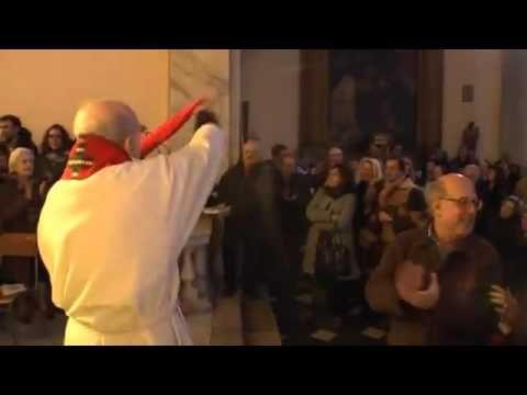 Cura italiano canta el Bella Ciao(canción antifascista) después de la misa