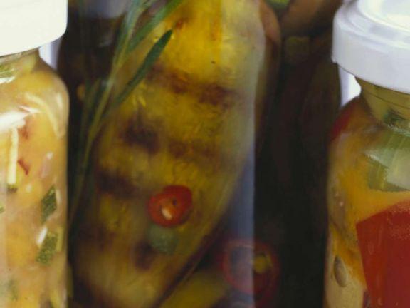 Eingelegte Auberginen in scharfem Öl ist ein Rezept mit frischen Zutaten aus der Kategorie Fruchtgemüse. Probieren Sie dieses und weitere Rezepte von EAT SMARTER!
