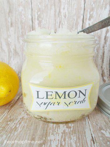 Sugar citroen gezicht scrub 1 kopje suiker of zuiveringszout 1/2 kopje kokosolie of olijfolie 1 theelepel citroenschil 1-2 druppels citroensap extract (optioneel) Simply meng alle ingrediënten samen en plaats in een luchtdichte glazen container ( gebruik zuiveringszout als je een gevoelige of droge huid).  Om te gebruiken als een body scrub, vervangt suiker met zeezout of Epson zout.  Hier zijn enkele tips bij het scrubben door EBeth01