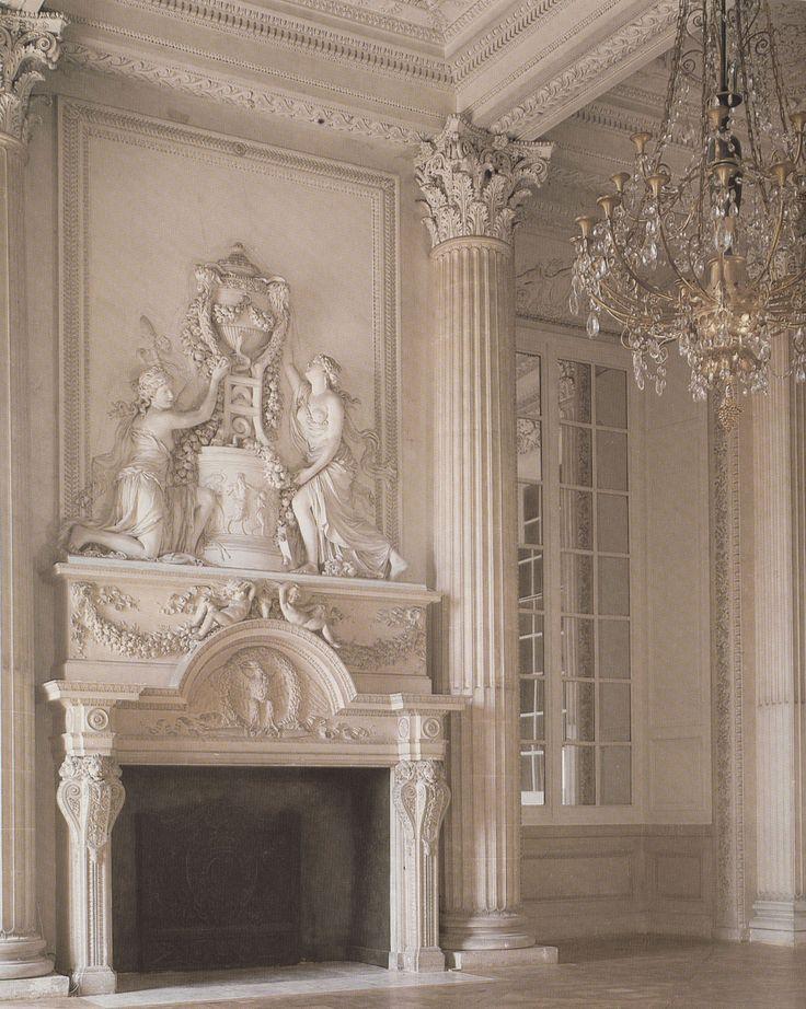 Chambre de la Princesse de Rohan, Hôtel Rohan-Soubise à Paris, Germain Boffrand, 1745 | L'évolution la plus remarquable au XVIIIe siècle est le remplacement des peintures par des miroirs au niveau des trumeaux. La plupart du temps ils sont assortis aux lambris et plafond. La formule sera répétée tout au long des périodes rococco et néo-classique.