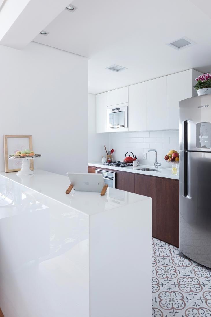 Дизайнеры оформили интерьер квартиры в городе Порту-Алегри (Бразилия).Квартира выглядит светлой и уютной благодаря белоснежными стенами и деревянным полам, а современный декор наполняет пространство ...