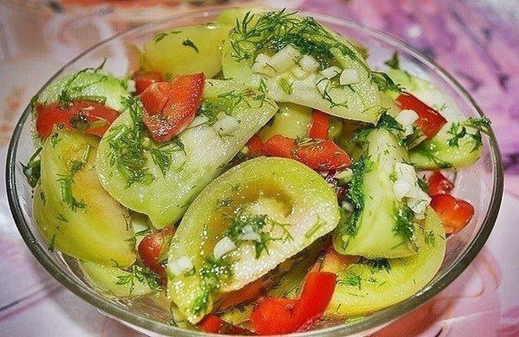 Осенью на рынке можно увидеть в продаже зеленые помидоры. Никогда их раньше не покупала, думала: ну что может быть вкусного в зеленых помидорах. Но однажды решилась… А когда приготовила – моему изумлению не было предела. Это такая вкуснятина! Ну вкуснейшая овощная закуска! Не оторваться просто. Очень рекомендую этот потрясающий и простой рецепт. Также рекомендую другую овощную закуску из баклажан в аджике и грибы по-корейски. Желаю всем кулинарных успехов!  Рецепт Маринованные зеленые…